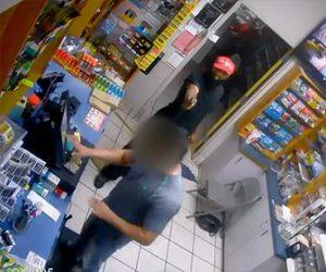 店員を撃つ武装強盗
