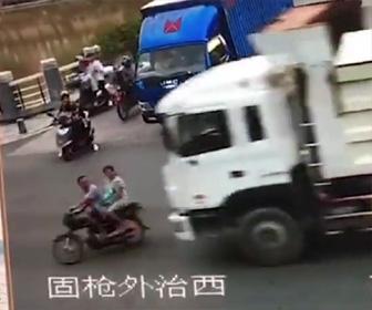 バイクがトラックに轢かれる