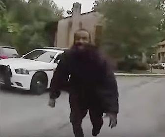 警察官に射殺される