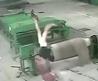 機械に巻き込まれる作業員