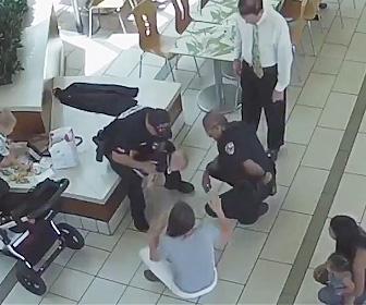 警察官が赤ちゃんを助ける