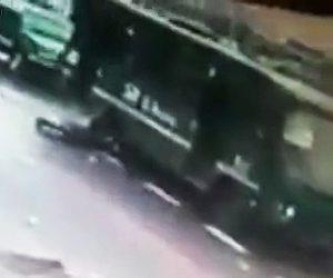 バスに突っ込む男性
