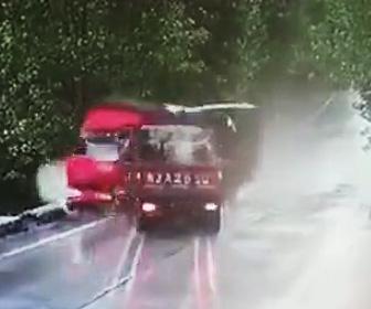 トラックが正面衝突