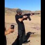 【動画】ライフルを撃った男性。反動で肩甲骨が恐ろしい事に…