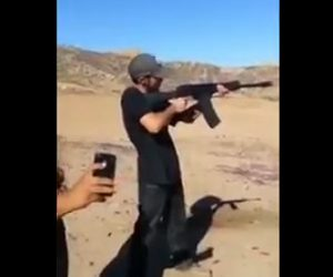 ライフルを撃った男性の肩甲骨が