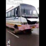 【動画】バスが生きている巨大な牛を引きずりながら走る恐ろしい映像