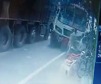 バスが突っ込む