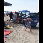 【動画】大勢がいるビーチに飲酒運転の車が突っ込んでしまう