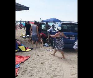 ビーチに突っ込む車