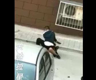 刃物で襲いかかる男