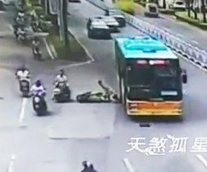 バスに轢かれてしまう