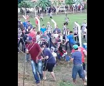 サッカー場で客が大乱闘
