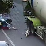 【動画】停車している車のドアが突然開きスクーター女性に激突。倒れた女性がミキサー車に…