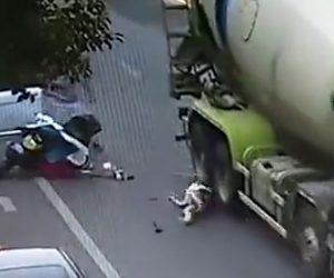トラックに轢かれる女性