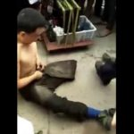 【動画】警察官に物乞いが正体を見破られ逮捕される