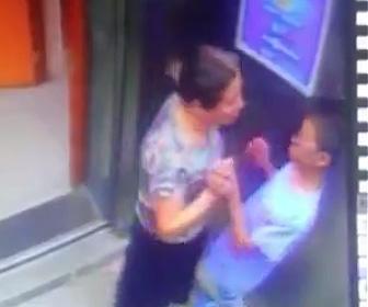 エレベーター内で女性がまさかの行動