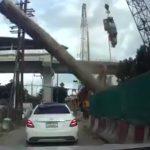 【動画】クレーンから金属パイプが落下しベンツに直撃してしまう