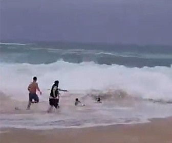 波にさらわれる子供