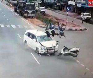 3人乗りスクーターがはね飛ばされる