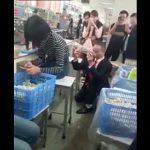 【動画】女性作業員に男性がプロポーズするが無視し続けられる