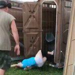 【動画】仮設トイレを傾けたら使用中の女性が転がり落ちてしまう