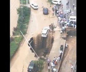 道路に巨大な穴