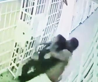囚人が刑務官に襲いかかる