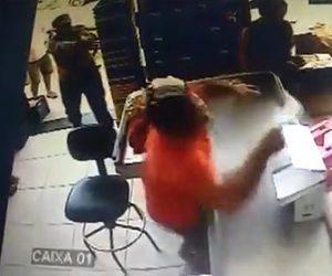 店員を銃で撃つ男