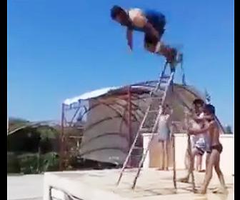 脚立からプールに飛び込もうとするが