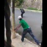 【動画】ナイフで襲いかかる男にコンクリートを投げつけ見事頭に命中