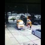 【動画】中国の当たり屋が酷すぎる。子供を車に押し付け車の前で大暴れする男