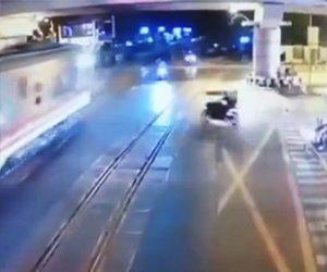 列車に轢かれてしまうバイク