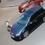 【動画】女の子が道を渡ろうとするが猛スピードの車にはね飛ばされてしまう