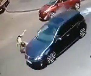 女の子が車にはね飛ばされる