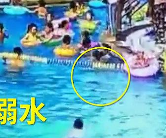 プールで溺れる少年