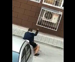 男が女性にナイフで襲いかかる