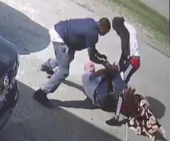 強盗2人が襲いかかる