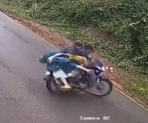 バイクがおじいさんをはね飛ばす