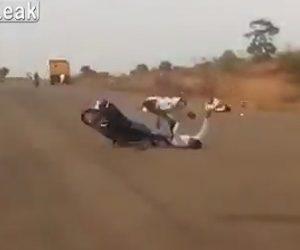 ウィリーするバイクが正面衝突