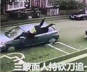 猛スピードの車にはね飛ばされる男