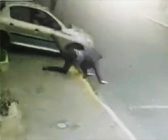 強盗が窓から飛び降り足を怪我する
