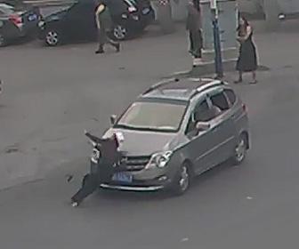 老人が車に轢かれる