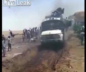 トラックの上から人が落下