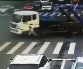 左折トラックに巻き込まれる自転車
