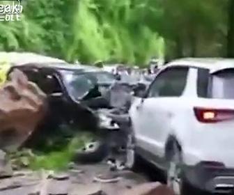岩が落下し車に直撃