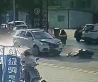 車とバイクが正面衝突