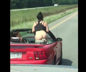 オープンカーでお尻を出す女性