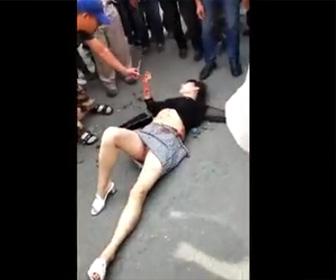 女性がナイフで刺し殺される