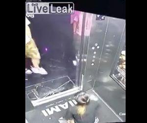 エレベーター内で女性が小便