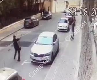 警察官と銃撃戦になる